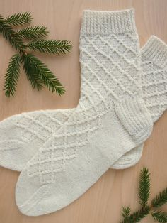 Lystikäs koti: sukat Crochet Socks, Diy Crochet, Knitting Socks, Crochet Stitches, Hand Knitting, Knitting Designs, Knitting Projects, Knitting Charts, Knitting Patterns
