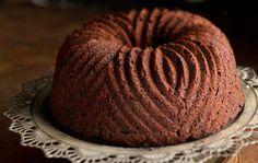 Tuovin suklaakakku Tuovin suklaakakku on täyteläinen ja tasapainoisen tuhti suklaakuivakakku, joka hurmaa varmasti vieraat kahvipöydässä. Perinteisen kuivakakun pävitetty versio kostutetaan mehukkaaksi kaakaoliköörillä. 1. Rouhi tumma suklaa veitsellä karkeaksi. Vaahdota kulhossa pehmeä voi ja sokeri. Lisää joukkoon kaakaolikööri ohuena nauhana samalla koko ajan vispaten. Lisää kanamunat yksitellen välillä huolellisesti vatkaten. 2. Sekoita kuivat aineet keskenään ja …