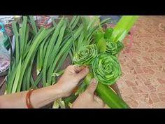 ช่อใบเตยหอมแบบตั้งโต๊ะ(ง่าย สวย หอม)byสมร ใบเตยหอม - YouTube Twine Flowers, Flax Flowers, Paper Flowers, Flower Arrangement Designs, Flower Designs, Floral Arrangements, Palm Frond Art, Palm Fronds, Leaf Crafts