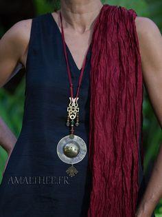 pendentif oriental en bronze poli et perles en pâte de verre -:- AMALTHEE CREATIONS-:- n° 3444