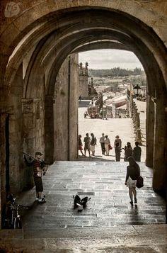 El Palacio de Gelmirez es uno de los pocos edificios civiles románicos de Europa. En la imagen podemos ver el bello arco por el que se accede a la Plaza del Obradoiro. Santiago de Compostela, Spain