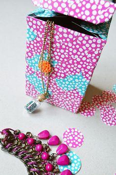 Présentation boîte à bijoux à écailles DIY - auseychelles.fr Idee Diy, Gift Wrapping, Blog, Gifts, Paper Wrapping, Presents, Wrapping Gifts, Gifs, Gift Packaging