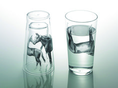 「Live together!」 Stack a pair of small and large glass cups upside down, and there you will see an animal family playing around. The animal prints on the glass seem utterly realistic, and when pouring water, the image becomes upside down, giving it a unique feeling. Each with different sizes, they come in three types; a horse, wolf, and bird.