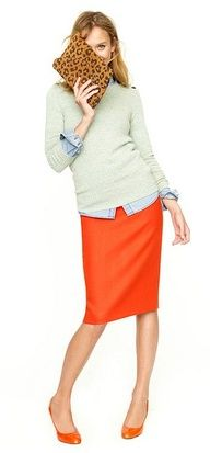 Sweater over chambray shirt with a pencil skirt. This is the right way the pencil skirt should fit. Orange Pencil Skirts, Orange Skirt, Coral Skirt, Red Pencil, Style Work, Mode Style, Work Chic, Work Fashion, Modest Fashion