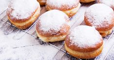 Ezzel a recepttel te is süthetsz pillekönnyű fánkot. Ha bevetsz néhány trükköt, biztosan szalagos is lesz. Donuts, Doughnut, Martini, Hamburger, Sweets, Bread, Cookies, Recipes, Food