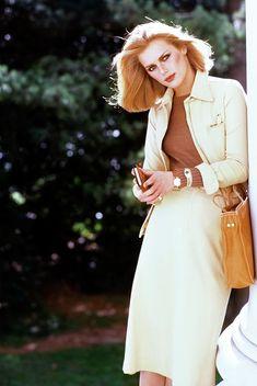 1976 Description: Model Patti Hansen wearing a cream suit by Ralph Lauren with a Bottega Veneta bag. Seventies Fashion, 1960s Fashion, Vintage Fashion, Arthur Elgort, Patti Hansen, Cream Suit, 70s Mode, Vogue Photo, Ralph Lauren Style