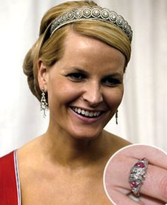 Marie Poutine's Jewels & Royals: La Famille Royale de Norvége Crown Princess Mette-Marit, shown with a close-up of her wedding ring, which is made with diamonds and rubies. Royal Crowns, Royal Tiaras, Tiaras And Crowns, Royal Wedding Gowns, Royal Weddings, Princesa Diana, Kate Middleton, Royal Engagement Rings, Norwegian Royalty