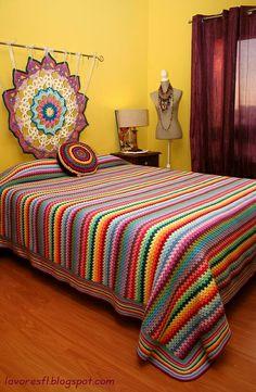 Crochet granny stripe blanket, see border. Crochet Bedspread, Crochet Quilt, Crochet Home, Crochet Blanket Patterns, Crochet Granny, Crochet Crafts, Crochet Stitches, Diy Crafts, Crochet Furniture