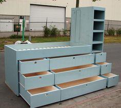 Half hoogslaperbed  met lade kast en boekenkast aan de zijkant. De ideale kast voor een jongenskamer. Behandelt met krijtverf en een toplaag verniswas.