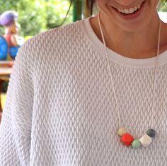 """mamiBB es el primer collar mordedor diseñado en España. """"Mamá guapa, bebé feliz"""""""