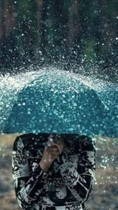 Rain drops like glittery glass on a person under an umbrella l photography Rain Umbrella, Under My Umbrella, Blue Umbrella, Walking In The Rain, Singing In The Rain, Rainy Night, Rainy Days, Rainy Sunday, Rainy Weather
