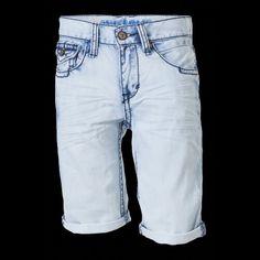 Een lichtblauwe korte broek
