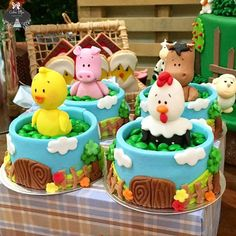 minicake confete fazendinha ♡ muita fofura junto ♡ fazendinha ♡ #kids #baby #1ano #festafazendinha ... Farm Animal Cupcakes, Farm Animal Party, Animal Cakes, Farm Party, Cowboy Birthday, Farm Birthday, Cool Birthday Cakes, Baby Cakes, Mini Cakes