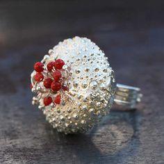 Bague oursin corail argent, par Aline Kokinopoulos pour l'Atelier des Bijoux Créateurs.