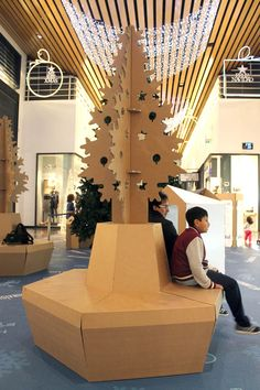 Árbol de Navidad de cartón. Zona de descanso pop up sostenible. Centro Comercial Islazul. Cardboard Christmas tree. Sustainable pop up rest area. Islazul Shopping Center.