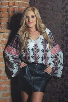 IE TRADITIONALA ROMANEASCA - Motivul Trandafirul Negru Folk Fashion, Embroidery Fashion, Style Clothes, Embroidered Blouse, Different Styles, Leather Skirt, Bell Sleeve Top, Fashion Outfits, Traditional