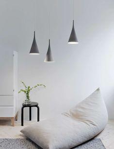 Handgefertigt in Finnland - die  Innolux Lambada Pendelleuchte  des renommierten finnischen Designers Samuli Naamanka vereint gekonnt stilvolle skandinavische Eleganz mit ungewöhnlichen Materialien. Das Ergebnis ist eine stilsichere,...