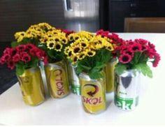 Latinhas de cerveja e flores para decorar
