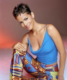 Showbiz Hottie: Halle Berry is the Epitome of SexyIs there even a need to convince you to check out the sexiness and hotness that is Hollywood A-list actress Halle Berry?Halle Berry -- shameful airbrushing when it's absolutely unnecessary for her. Halle Berry Short Hair, Halle Berry Style, Halle Berry Hot, Beautiful Female Celebrities, Beautiful Actresses, Halle Berry Bikini, Pictures Of Halle Berry, Halley Berry, Actrices Sexy