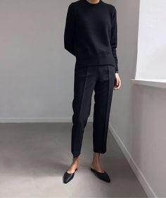 Le Fashion black crewneck, black trousers, black ballet flats, all black outfit Minimal Chic, Minimal Fashion, Work Fashion, Minimal Classic Style, Minimal Outfit, Women's Fashion, Office Fashion, Fashion Black, Asian Fashion