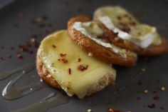 Bruschetta de Brie com Mel e Pimenta   BistroBox - Descubra novos sabores