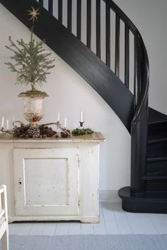 pretty and simple for Christmas but also love the painted dry sink and the black stairs. Interior And Exterior, Interior Design, Banisters, Railings, Staircase Design, Black Staircase, Black Railing, Staircase Ideas, Stairway To Heaven