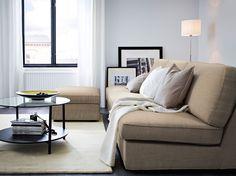KIVIK 3er-Sofakombination und Hocker mit beigem Isunda Bezug und schwarzbrauner VITTSJÖ Couchtisch mit Deckplatte aus Glas