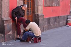 Street life in the center of a megapolis: for Mexicans shoes must shine at all times of the day. Mexico D.F., Mexico. Nikon D7000, zoom 200, opening 2.8