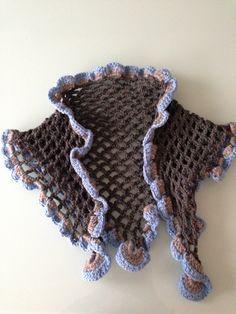 Capa de lana con volantes Realizada en crochet