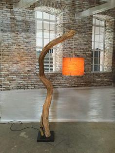 Bogenlampe Stehlampe verwitterte alte Eiche auf schwarzem Naturstein Basis verfügbar mit Echtholzfurnier Lampenschirm rund 36 cm. Gesamtlampenhöhe beträgt 200 cm. Der Eichenzweig ist natürlich verwittert und Wind natürlich im Wald getrocknet, die Farbe variiert von hellbraun verwitterte Holztönen bis grau. Die Kontraktion in der durch natürliche Trocknung verursacht Holz durchkämmen, und geben dem Holz eine sehr rustikale Optik, die perfekt in einem modernen oder rustikalen Wohnzimmer, Küche…