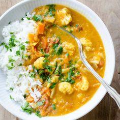 Vegetarisk curry med røde linser og blomkål | Rigeligtsmør.dk Veggie Recipes, Indian Food Recipes, Vegetarian Recipes, Healthy Recipes, Healthy Cooking, Healthy Eating, Cooking Recipes, I Love Food, Good Food