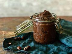 Denne opskrift på chokoladepålæg med bønner indeholder rigtigt nok bønner. Og det smager man overhovedet ikke. Hele familiens favorit. Få opskrift her: