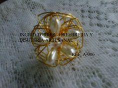 anillo elaborado con alambre de gold field, perlas y cristal checo..