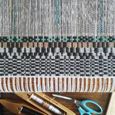 〰⏪⏩〰⏩⏪〰⏪⏩〰  .  .  .  .  .  #handweaving #handwoven #håndvevd #tekstilkunst #textileart #kunsthåndverk #vävning #ontheloom #abmlifeiscolorful #drawingwithyarn #brukskunst #dscolor #beachvibes #wavescape