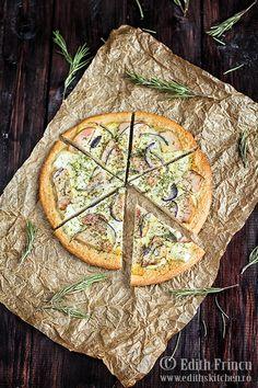 Pizza Dukan cu pui afumat, ceapa si branza. Dietetica si usor de facut.