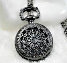 Petite montre à gousset avec motif ferronnerie noir argenté steampunk gothique