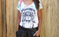 look-camiseta-india-dudabella-saia-couro-6