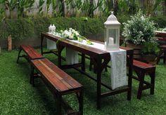 Dekorasi rangka bunga+asessoris-asessoris lentera lili dan meja kursi di taman