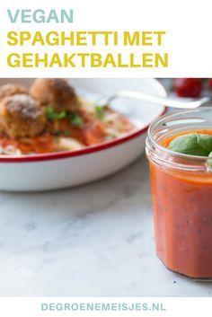 Klassieke spaghetti met tomatensaus en vegan gehaktballen van kikkererwten. Snel en makkelijk te maken! Kijk hier gauw verder voor het recept.