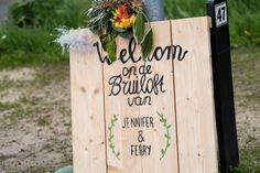 Als jullie willen, kunnen jullie je gasten welkom heten met een persoonlijk bord. Weten ze direct dat ze goed zitten. Wij zien ze regelmatig langskomen op de Hoeve, leuk hoor!  Hoeve Kindergoed is een officiële trouwlocatie en groepsaccommodatie op een schapenboerderij in Ermelo. De locatie is te huur voor een dag(deel) of een weekend. Ons ervaren team helpt jullie aan een relaxte bruiloft. Ga voor meer informatie naar www.hoevekindergoed.nl
