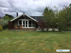 Huset er beliggende på Rågevej i et stille og roligt område i Kulhuse. Det er opført i 2002, er et Kalmarhus og fremstår yderst velholdt. Det har to flotte delvist overdækkede træterrasser samt en stor terrasse belagt med Holmegaardssten i gråmix, så der er rig mulighed for at nyde solen hele dagen.