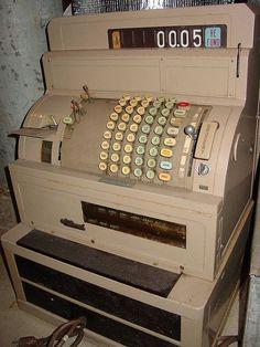 Máquina Registradora aka Cash register machine.  I can only dream... I would love to have one of these--and the room to play with it!
