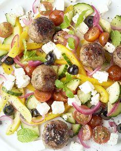 Griekse salade met gehaktballetjes Cobb Salad, Salad Recipes, Salads, Brunch, Low Carb, Baking, Eat, Drinks, Food