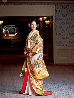 大人の花嫁にふさわしい、華やぎと品格の色打掛 Japanese Costume, Japanese Kimono, Japanese Outfits, Japanese Fashion, Traditional Fashion, Traditional Dresses, Oriental Fashion, Asian Fashion, Kabuki Costume