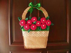 A guirlanda da Lucéia Ferreira é feita de fuxicos  e imita uma delicada cesta de flores.