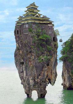 Ben je wel eens een huis tegengekomen waarvan je denkt: Dat is een vreemd huis? Is het raar of geniaal? De huizen in deze fotospecial zijn a...