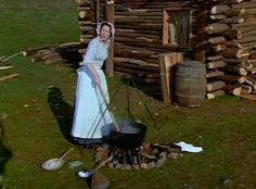 Caroline usando panelão de ferro