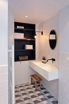 Sol graphique et carrelage blanc dans la salle de bains moderne