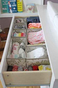 Utilisez des boîtes Skubb pour ranger facilement les vêtements de bébé et les sous-vêtements.