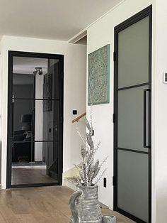 Doorzichtig glas of mat glas? Een van de moeilijkste vragen bij het nemen van een stalen deur. Oversized Mirror, Furniture, Home Decor, Products, Ad Home, Projects, Decoration Home, Room Decor, Home Furnishings